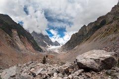 Sikt av glaciären i bergen Arkivbilder