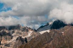 Sikt av glaciären i bergen Arkivbild