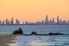 Sikt av Gold Coast höga löneförhöjningbyggnader från Currumbin royaltyfria bilder