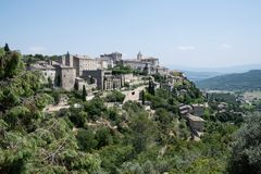 Sikt av Gordes, i Luberon, Provence, Frankrike, uppsättning av en film Royaltyfri Bild