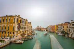 Sikt av Grand Canal från akademibron av Venedig Venezia Italien Ett långt exponeringsfoto royaltyfri foto