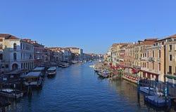 Sikt av Grand Canal från den Rialto bron i Venedig, Italien Arkivfoto