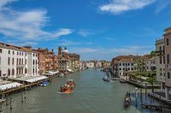 Sikt av Grand Canal med fartyg och byggnader på banken på Venedig Arkivfoton