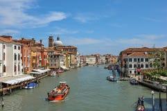 Sikt av Grand Canal med fartyg och byggnader på banken på Venedig Royaltyfri Fotografi