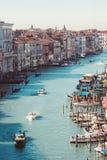 Sikt av Grand Canal med turkosvatten, seglingskepp och gandols, hus med röda tak på en ljus solig dag i Venedig royaltyfri foto