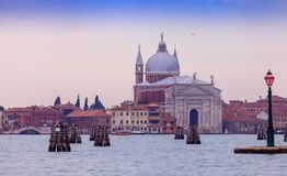 Sikt av Grand Canal och basilikan Santa Maria della Salute arkivfoto