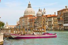 Sikt av Grand Canal och den kyrkliga Santa Maria della Salute Arkivfoto