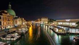 Sikt av Grand Canal på natten från den Scalzi bron i Venedig, Italien arkivbilder