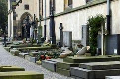 Sikt av graven på kyrkogården royaltyfria bilder