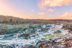 Sikt av Great Falls av Potomacet River från den Olmsted ön i vinter maryland USA arkivfoton