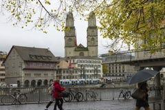Sikt av Grossmunster och Zurich den gamla staden från den Limmat floden arkivbilder
