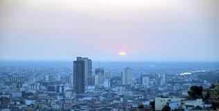Sikt av Guayaquil på solnedgången Arkivfoton