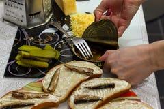 Sikt av händerna av flickan som gör frukosten, genom att öppna A.C. arkivbilder