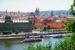 Sikt av härliga Prague med Vltava och förbluffabyggnader med röda tak arkivfoton