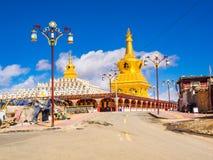 Sikt av härliga stupas i Yarchen Gar Monastery Arkivfoton