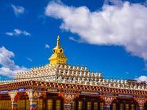 Sikt av härliga stupas på Yarchen Gar Monastery i Sichuan, Ch Arkivbilder