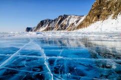 Sikt av härliga teckningar på is från sprickor och bubblor av djupgas på yttersida av Baikal sjön i vinter, Ryssland arkivfoto