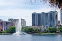 Sikt av höghus, horisont och springbrunnen på sjön Eola, i stadens centrum Orlando, Florida arkivbild