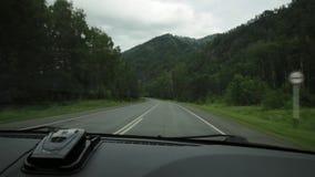 Sikt av högländerna till och med vindrutan under bildrevet på en mulen vårmorgon Pittoreskt land arkivfilmer