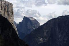 Sikt av Halfdome och för El Capitan den molniga dagen Arkivfoton