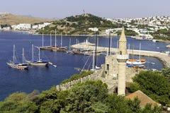 Sikt av Halikarnas, Bodrum marina från den Bodrum slotten på turk Riviera Arkivfoto