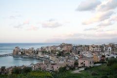 Sikt av hamnen av den Castellammare del Golfo staden, Sicilien Arkivbild