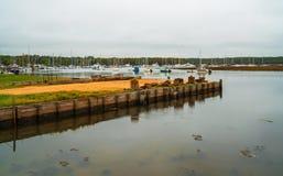 Sikt av hamnen för yacht för sköld` s den hårda på floden Beaulieu arkivfoto