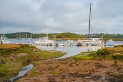 Sikt av hamnen för yacht för sköld` s den hårda på floden Beaulieu arkivfoton