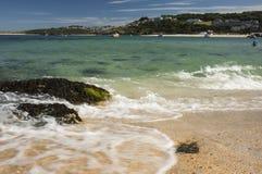 Sikt av hamnen från stranden på St, Ives Cornwall Royaltyfri Bild