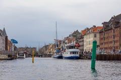 Sikt av hamnen i Köpenhamn kanal i centret, Danmark royaltyfri fotografi
