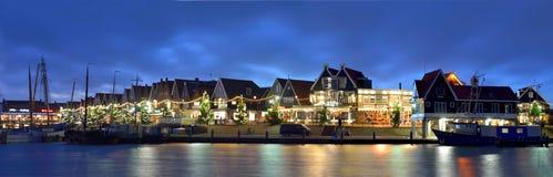 Sikt av hamnen och promenaden av Volendam, Nederländerna Arkivbild