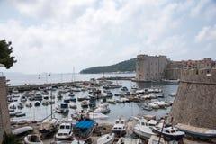 Sikt av hamnen och väggar på Dubrovnik Arkivfoto