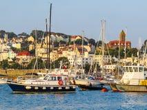 Sikt av hamnhelgonet Peter Port på soluppgång Royaltyfria Bilder