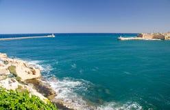 Sikt av hamningången med fyren, Valletta, Malta royaltyfria bilder