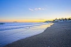 Sikt av hav- och strandvågorna under solnedgång i vintern i New England royaltyfri bild