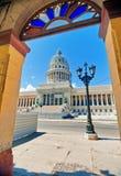 Sikt av Havana Capitol byggnad och byggnadsbågen Royaltyfri Bild