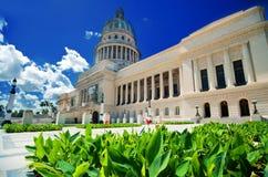 Sikt av Havana Capitol byggnad och dess trädgård Arkivbild