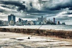 Sikt av havannacigarrstadshorisont och strand vid havet Arkivbild