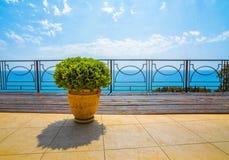 Sikt av havet från balkong av hotellet Royaltyfri Bild