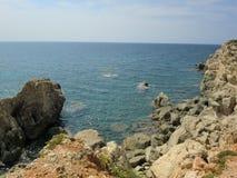 Sikt av havet från stenig kust royaltyfri foto