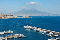 Sikt av havet nära Naples med Vesuvius Royaltyfri Bild