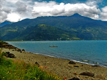 Sikt av havet och berg arkivfoto