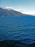 Sikt av havet och bergen Arkivbild