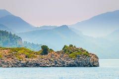 Sikt av havet och bergen i dimman Royaltyfri Fotografi