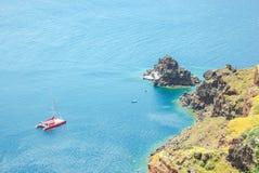 Sikt av havet och en katamaran från brant kust arkivbilder