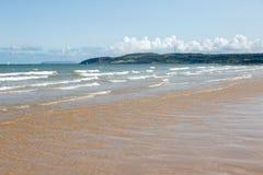 Sikt av havet och stranden på Benllech i Anglesey arkivbilder