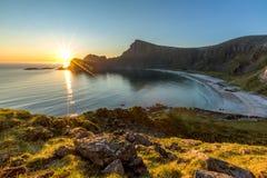 Sikt av havet, stranden och berg från berget Arkivfoton