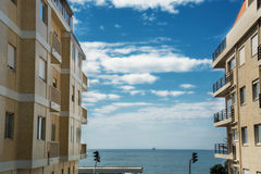 Sikt av havet till och med husen royaltyfri fotografi