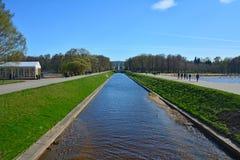 Sikt av havskanalen i Peterhof, St Petersburg, Ryssland Arkivfoto