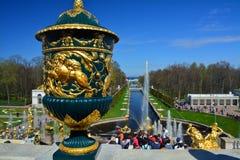 Sikt av havskanalen och den stora kaskaden i Peterhof, St Petersburg, Ryssland Fotografering för Bildbyråer